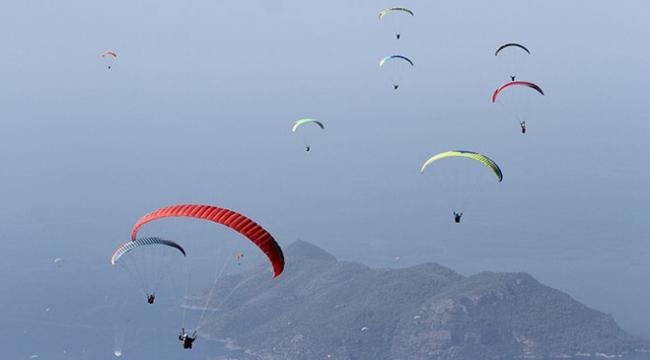 Fethiyede paraşütçülerin gökyüzündeki görsel şovu ilgiyle izlendi