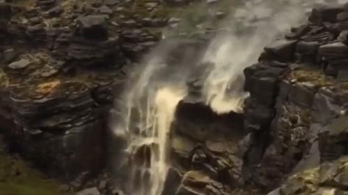 Şiddetli fırtınanın etkisiyle şelalenin suyu tersine aktı