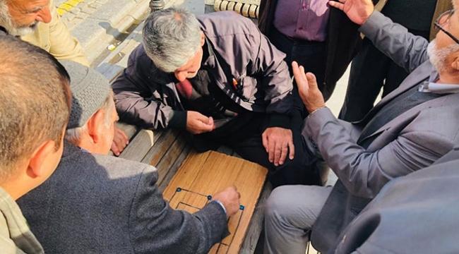 İstanbulda bir bankta toplandılar, çocukluk özlemlerini giderdiler