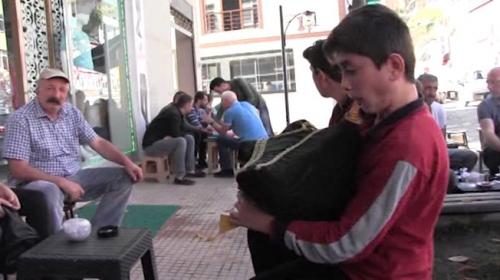 Liseli genç sokak müzisyenliği yaparak okul harçlığını çıkartıyor