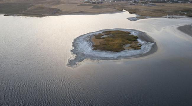 Van Gölü sularının çekilmesi adacığı ortaya çıkardı