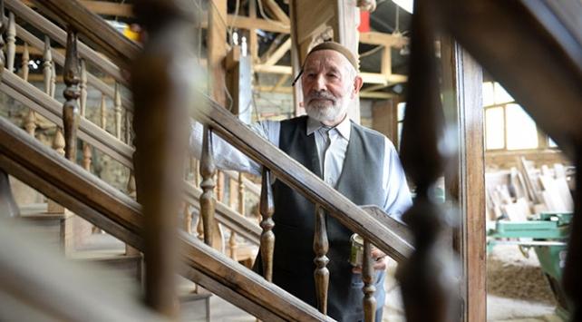 Ali dede gönüllü olarak camilere 40 yıldır minber yapıyor