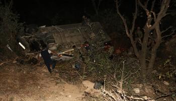 Turist kafilesini taşıyan minibüs şarampole yuvarlandı: 16 yaralı