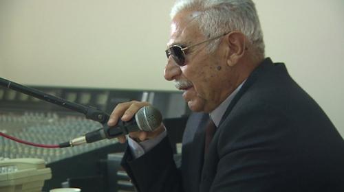 37 yıl önce görme yetisini kaybetti, mikrofonla hayata bağlandı