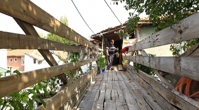 Çorumda iki ev arasına ahşap köprü yaptırdılar