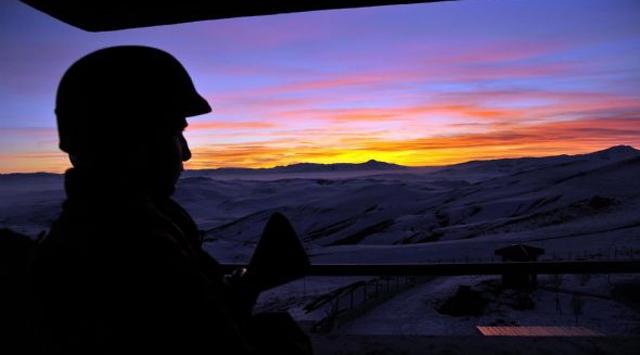 Cinnet geçiren asker 3 arkadaşını şehit etti