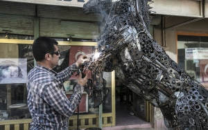 Hurda malzemelerden at heykeli yaptı