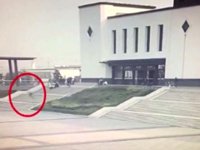 Telefon bağımlısı adam merdivenlerden yuvarlandı