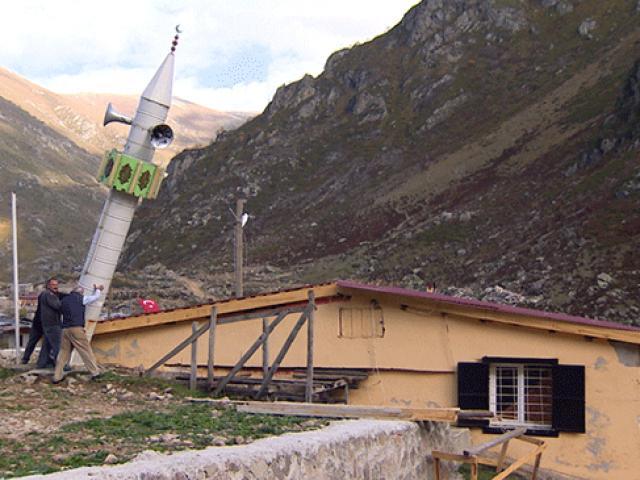 Rizede yaylacılar çığa karşı mobil minare yaptı