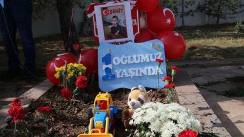 Şehit bebek Mustafanın ilk doğum günü mezarında kutlandı