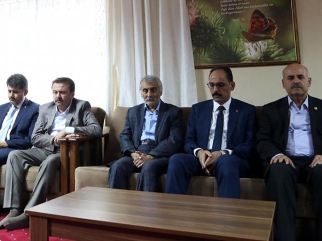 Cumhurbaşkanlığı Sözcüsü Kalından Karakoç ailesine taziye ziyareti