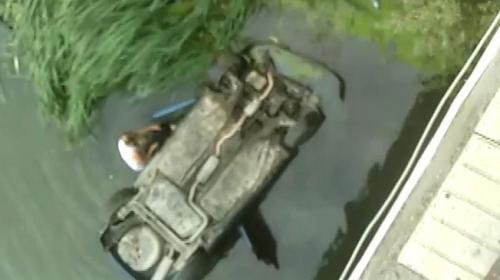 Amasyade nehre düşen araçtaki aileyi kurtardı