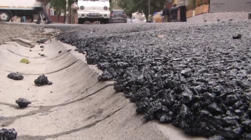 Mahalleli parke taşlarının üzerine dökülen asfalta tepkili