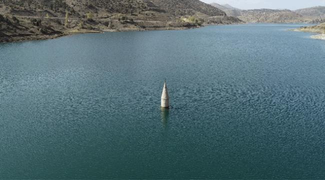 Baraj suları altında kalan caminin yalnız minaresi havadan görüntülendi