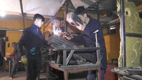 Muşta lise öğrencileri okul malzemeleri üretiyor