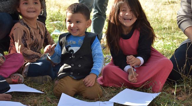 Karsta göçmen çocuklara resimle terapi uygulaması