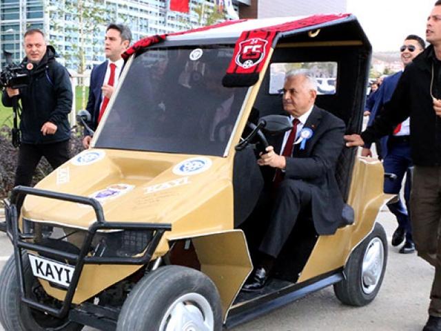 TBMM Başkanı Yıldırım öğrencilerin yaptığı elektrikli otomobili test etti