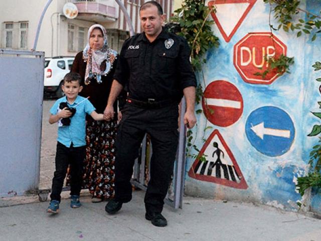 Okula gitmek istemeyen minik Efeyi polis ikna etti