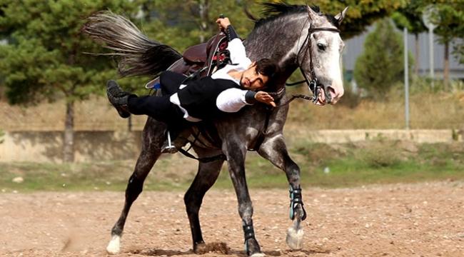 Atlı akrobat yaptığı cesur hareketlerle izleyenleri etkiliyor