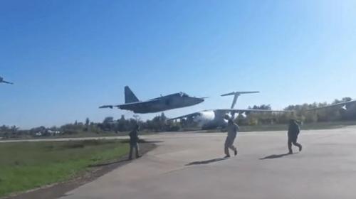 Ukraynada alçak irtifadan uçan uçak pisti teğet geçti