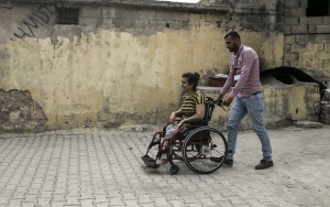 Engelli kadının tekerlekli sandalye mutluluğu