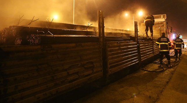 Adanada seyir halindeki tır alev alev yandı
