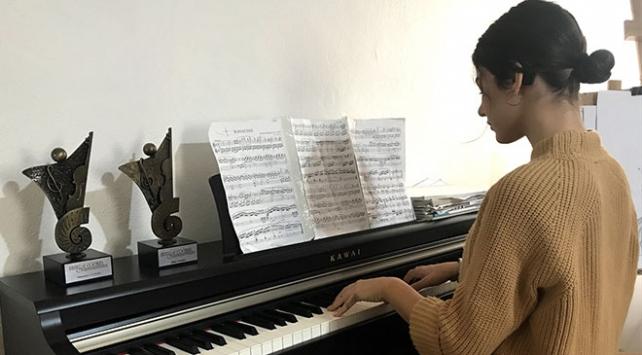 Piyano yeteneği ile işitme engellilere umut oluyor