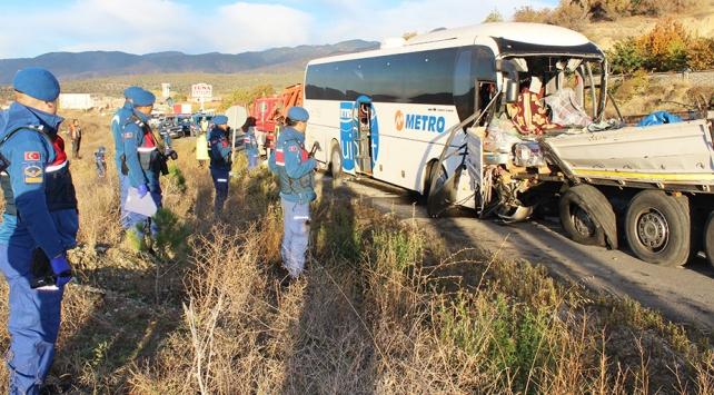 Kastamonuda yolcu otobüsü tıra çarptı: 2 ölü 40 yaralı