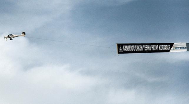 Kanserle mücadeleye destek için havada pankart açıldı