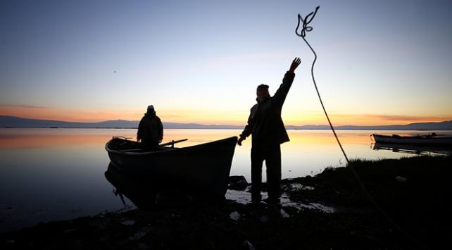 Balıkçı çiftler günün ilk ışıklarıyla Suğla Gölüne açılıyor