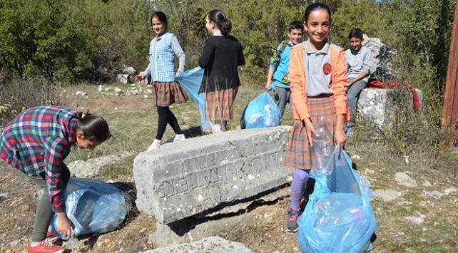 Öğrenciler Kagrai Antik Kentinde çöp topladı
