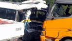 İzmirde kamyon yolcu minibüsüne çarptı: 1 ölü, 12 yaralı