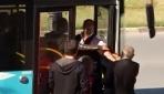 Otobüs şoförü emekli polisi zorla indirdi