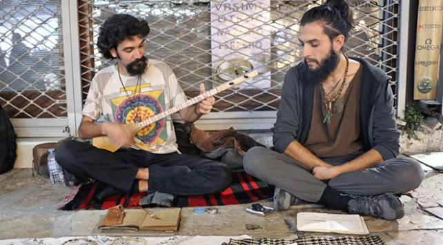 İdealleri için yola çıkan iki Türk genci sokaklarda etnik müzik yapıyor
