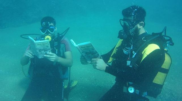 Denizde 10 metre derinlikte kitap okudular