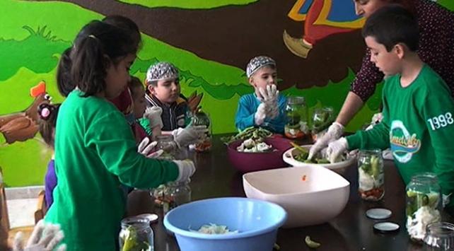 Adana'da ilkokul öğrencileri turşu kurmayı öğrendi