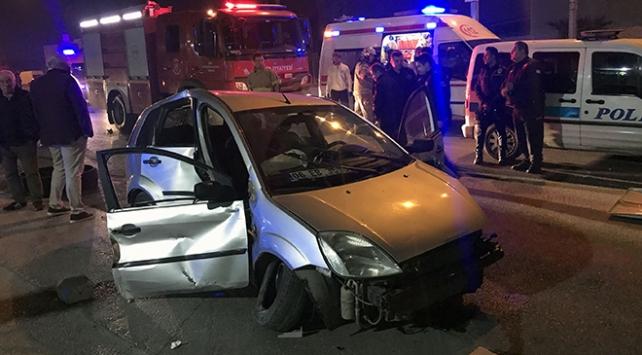 İzmir'de otomobil aydınlatma direğine çarptı: 3 yaralı