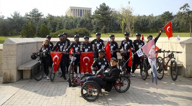 Anıtkabire gelmek için 500 kilometre pedal çevirdiler