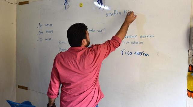 İdlib'de gönüllü öğretmenlerden Türkçe dersi