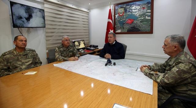 Milli Savunma Bakanı Akar patlamanın olduğu Hakkariye gitti
