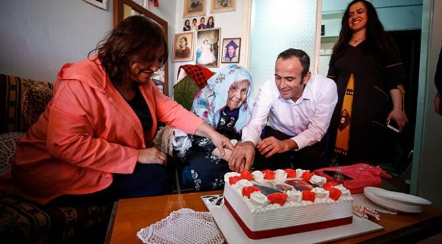 97 yıllık ömründe ilk kez doğum gününü kutladı