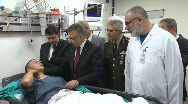 Fuat Oktay, yaralı askerleri hastanede ziyaret etti