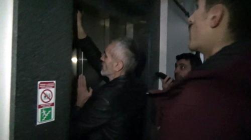 Elektriği kesilen binanın asansöründe 1,5 saat mahsur kaldı