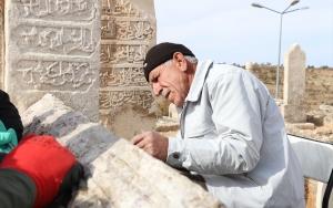 Tarihi mezarlık geçmişe ışık tutuyor