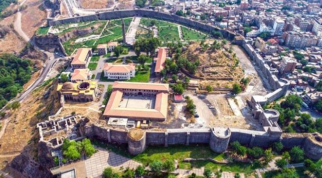 Diyarbakır Surda su kanalı ve tünel bulundu