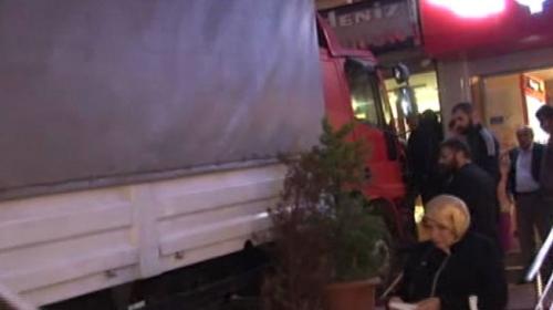 Freni boşalan kamyon kuyumcu dükkanına girdi