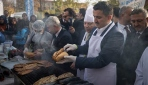 Tarım Bakanı Pakdemirli festivalde balık pişirdi, ikram etti