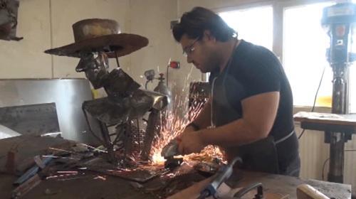 Üniversite öğrencisi hurda malzemeleri sanat eserine dönüştürüyor