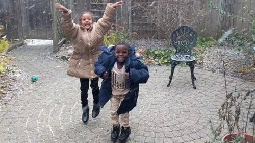 Kanadaya yerleşen Afrikalı kardeşlerin ilk kar sevinci