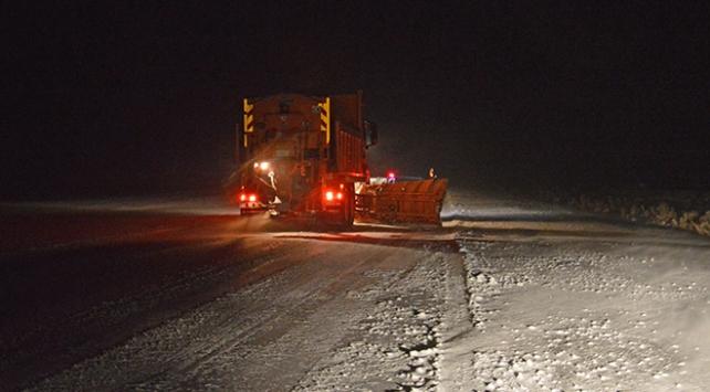 Tendürek Geçidinde kar yağışı nedeniyle araçlar mahsur kaldı